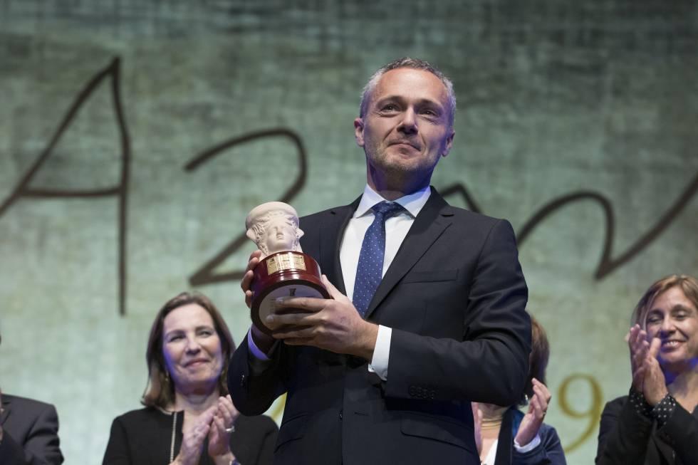 Joaquín Camps recogiendo el premio Azorín de Novela 2019 por La silueta del Olvido