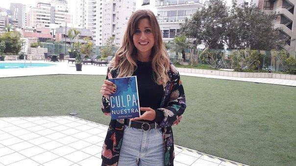 """Mercedes Ron, autora de Marfil posando con uno de los ejempalres de su anterior trilogía """"Culpables"""""""