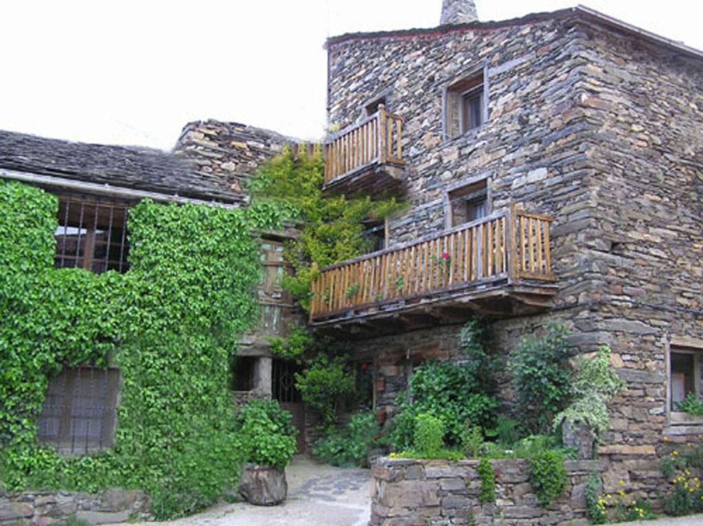 Foto de archivo de casa rural similar a la Mansión Elegía donde transcurre El latido de la tierra