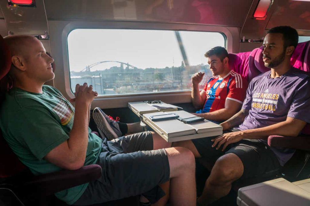15.17 Tren a París Los 3 jóvenes americanos en el tren