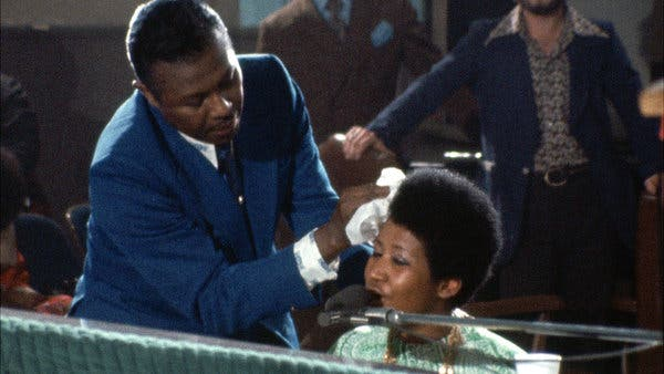 Franklin limpia el sudor de su hija mientras toca