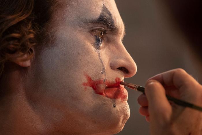 Joker maquillándose
