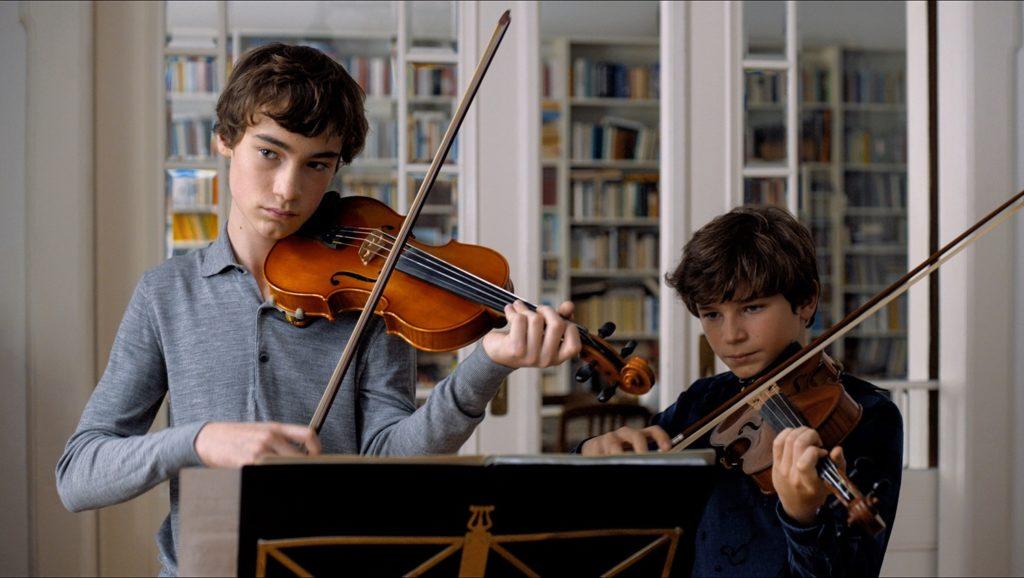 Alexander y Jonas tocando a dúo