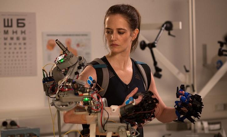 Sarah probando brazo robótico