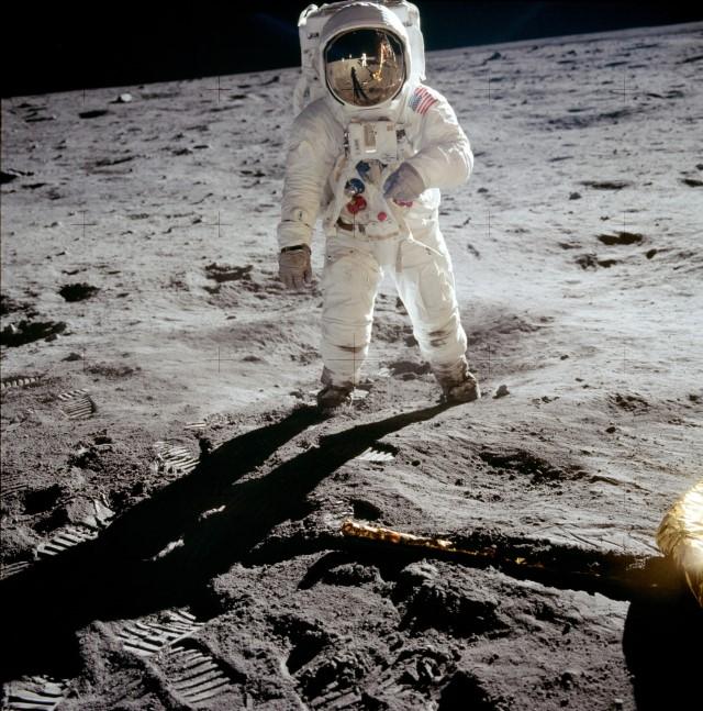 1679451 C FOTOS QUE CAMBIARON EL MUNDO I TEMPORADA1 subida luna