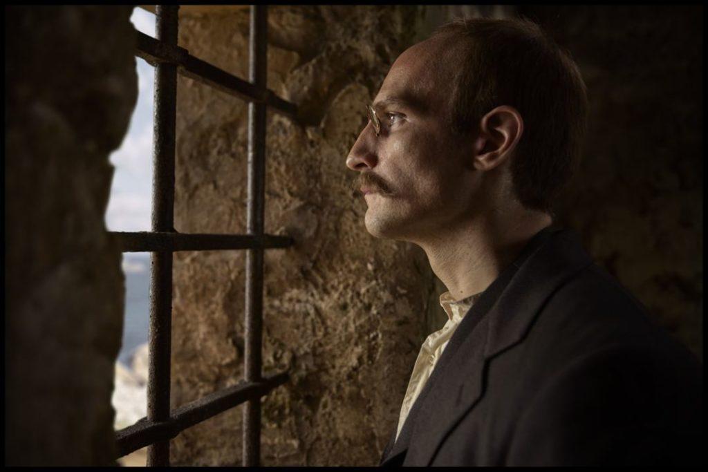 Dreyfus preso, El oficial y el espía