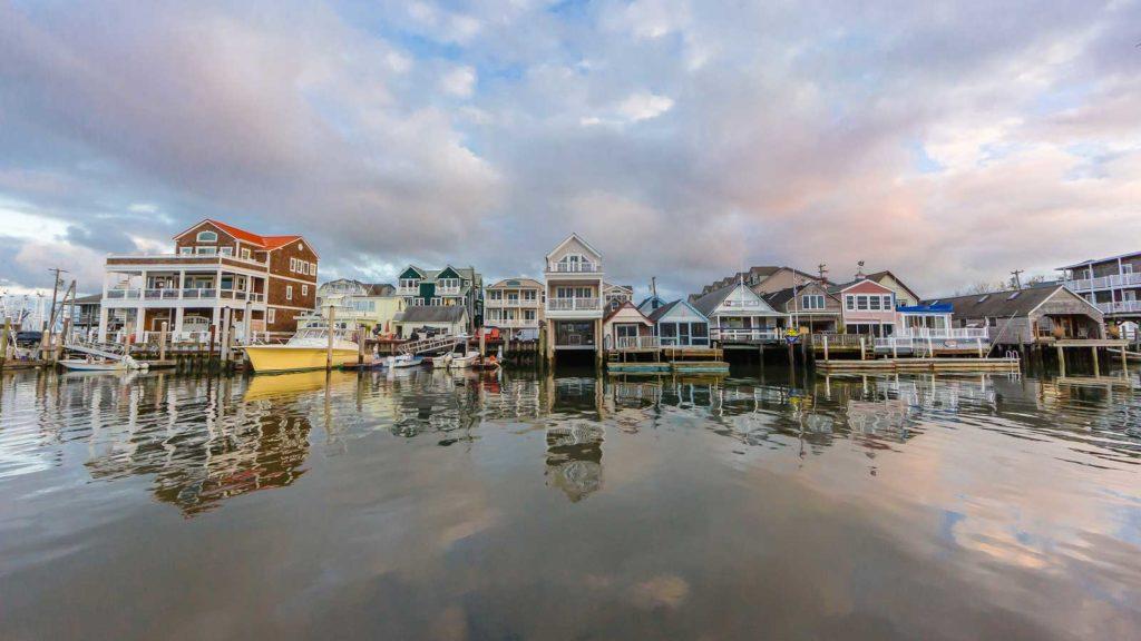 """Imagen que muestra el pequeño pueblo costero donde se desarrolla """"Tormenta en Cape May"""""""