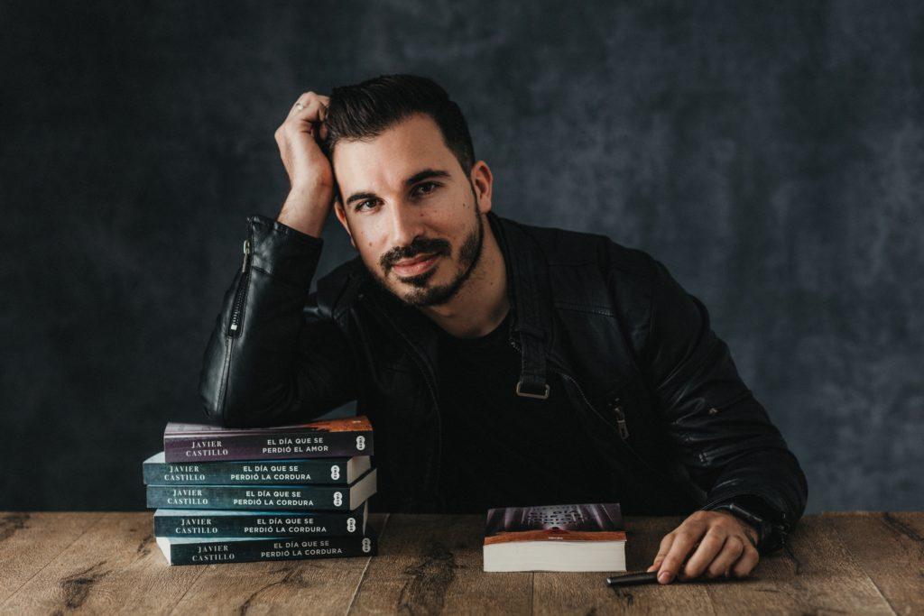 """Javier Castillo con sus anteriores novelas """"El día que se perdió la cordura"""" y """"El día que se perdió el amor"""""""