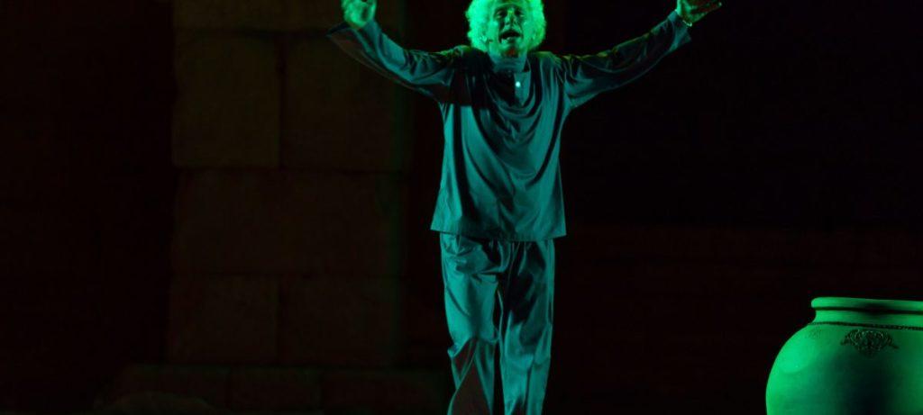 El Brujo en el escenario interpretando una obra sobre Esquilo