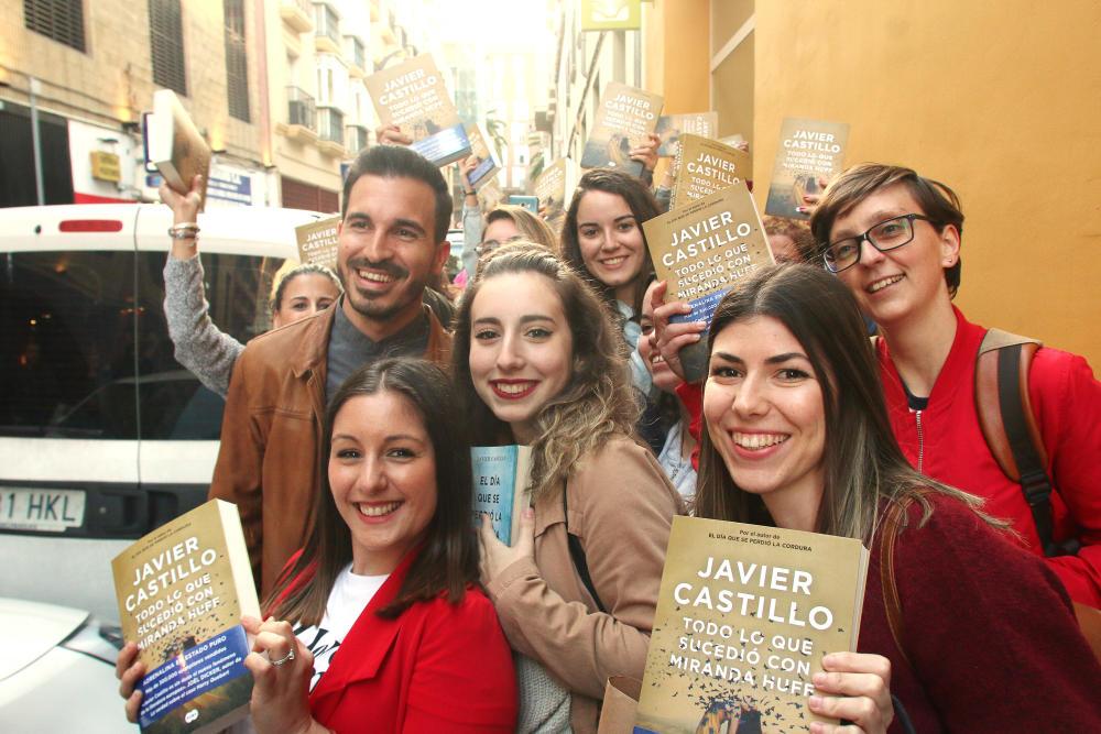 Javier Castillo en una de sus multitudinarias firma de libros con sus lectores