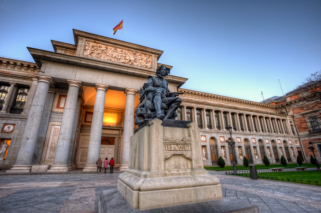 Fachada del Museo del Prado con la famosa estatua de Velázquez presidiéndola