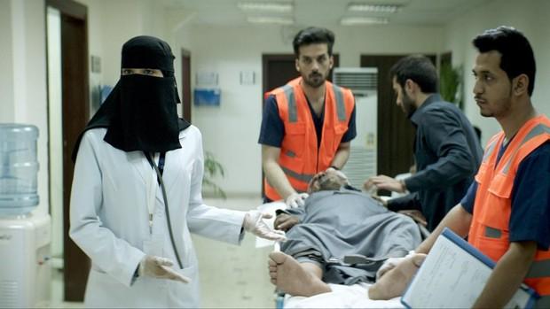 Maryam, atendiendo a un paciente varón