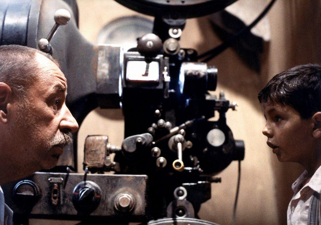 Alfredo y Totò en el cuarto de proyección
