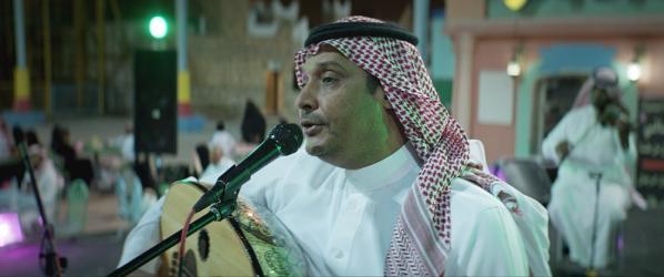 El padre de Maryam tocando y cantando