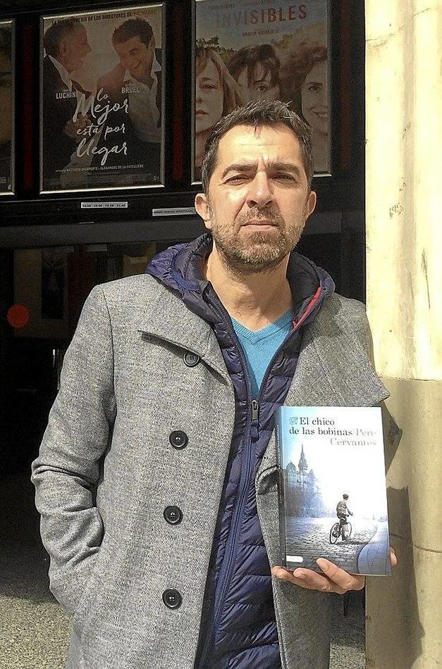 Foto de archivo de Pere Cervantes autor de El chico de las bobinas con su novela
