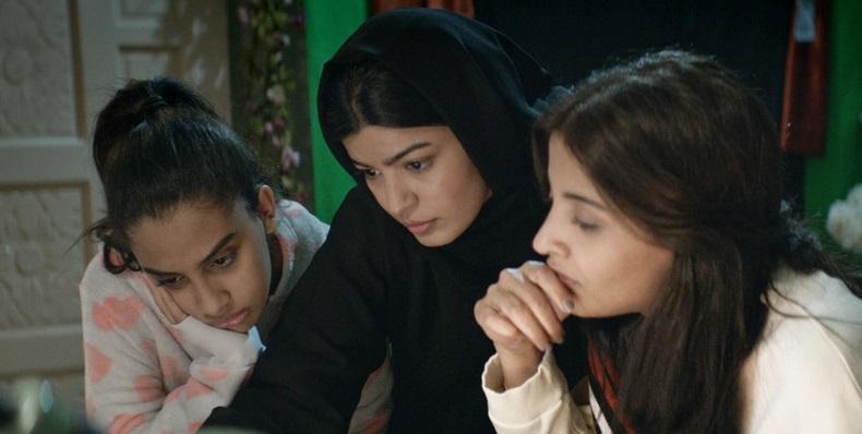 Maryam y sus hermanas estudiando la campaña
