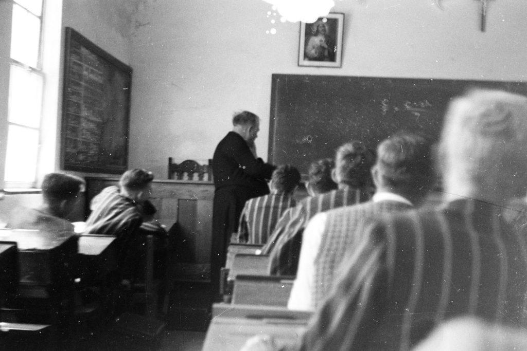 En clase en el St Joseph's Marist College. El profesor es el hermano Alexis.