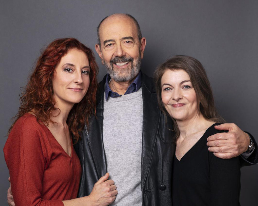 El actor-director Miguel Rellán entre las actrices de la obra, Nuria González (derecha) y Nuria Mencía (izquierda)