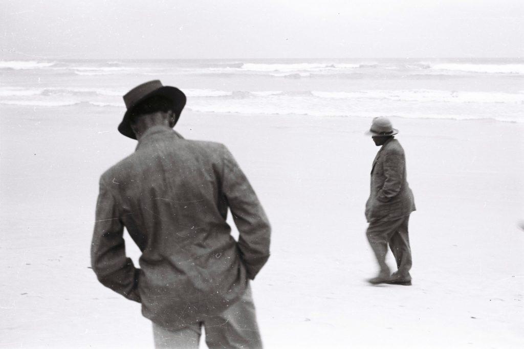 Ross and Freek, trabajadores de la granja que pertenecía al tío de Coetzee en la playa de Strandfontein