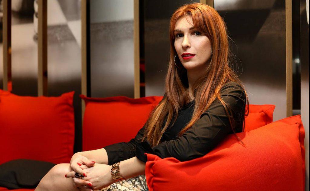 La periodista Valeria Vegas entrevista a cuatro mujeres transexuales en el documental Ellas