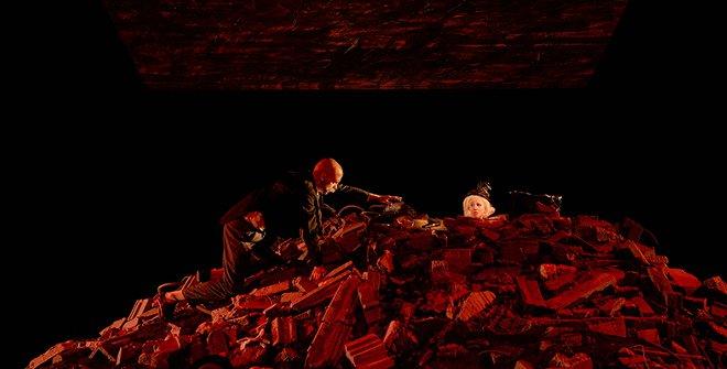En la obra la protagonista poco a poco se va hundiendo en un montón de escombros sin que nadie pueda o quiera hacer nada para remediarlo...
