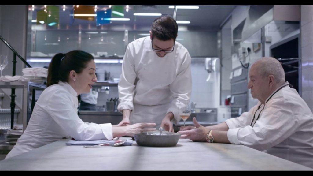Juan Mari y Elena probando un plato