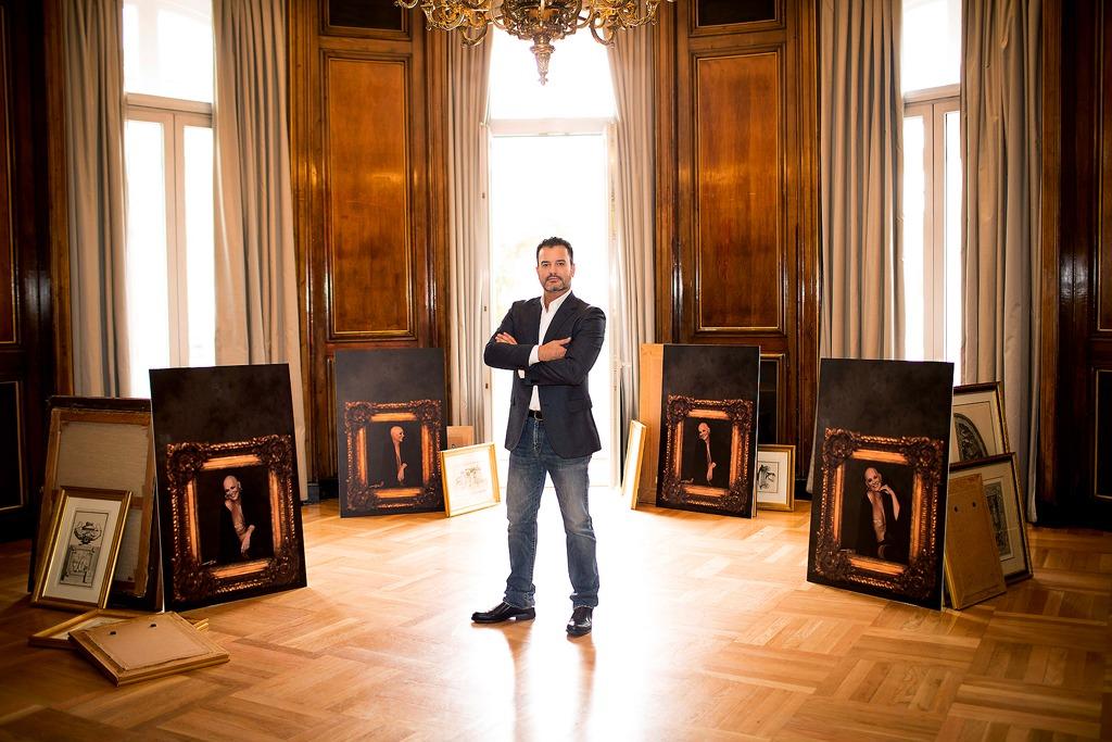 Adrián Tomadin, con alguno de sus retratos Boudoir
