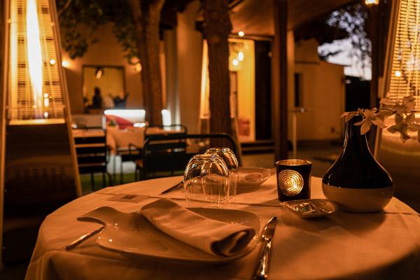 Detalle mesas noche El jardin de Alma