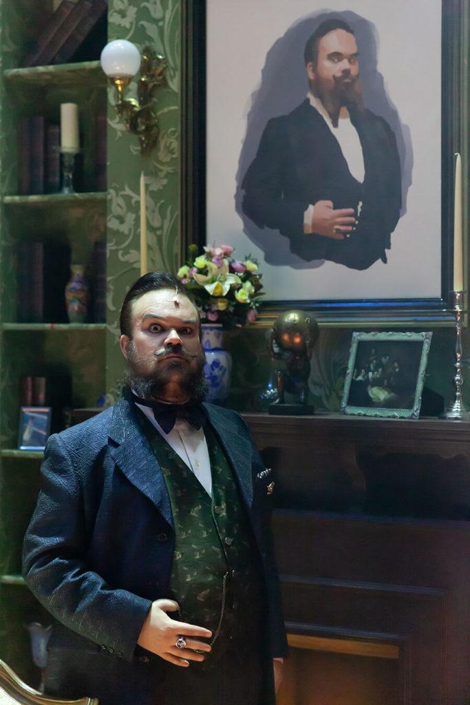 En ¿Quién mató a Sherlock Holmes? un misterioso personaje envía invitaciones a varios desconocidos