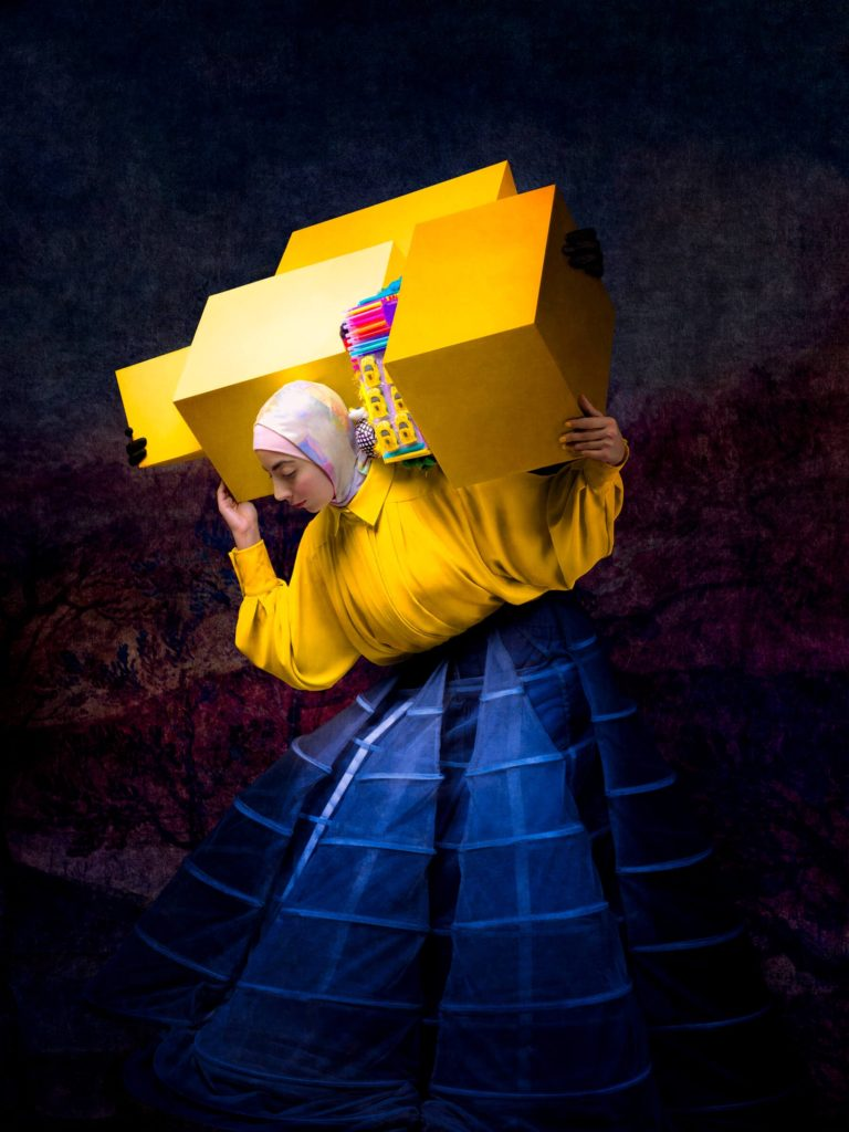Israa con cajas amarillas