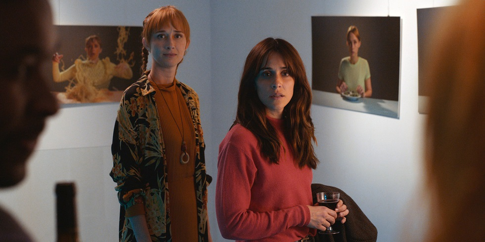 Ana y Noemí en la exposición de la primera. El arte de volver