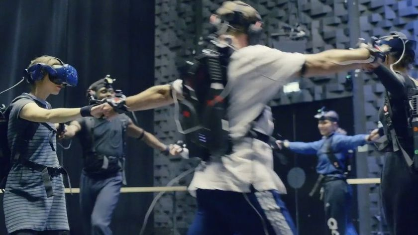 Los participantes portan un casco con las gafas principales, diferentes cables con otras cámaras más pequeñas en brazos y piernas y un ordenador en la espalda