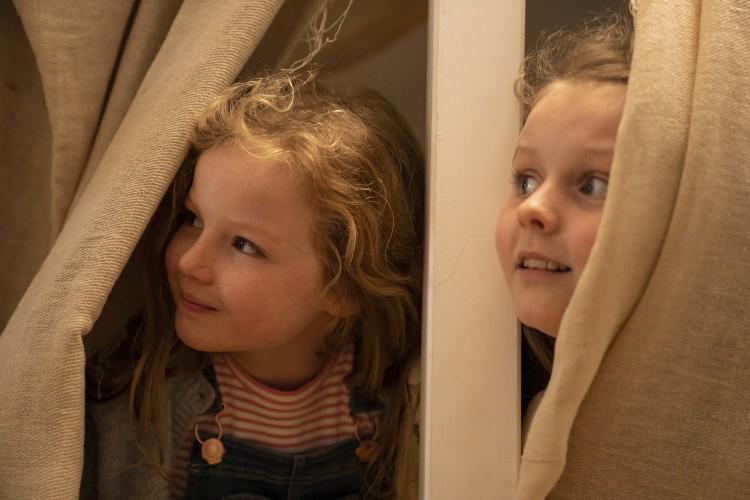 Molly y Emma, las hijas de Sara en volver a empezar (Herself)