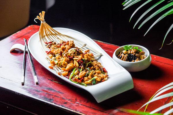 Crujiente de pollo con guindilla de Sichuan y Tofu con verduras tipico de Shanghai Hutong