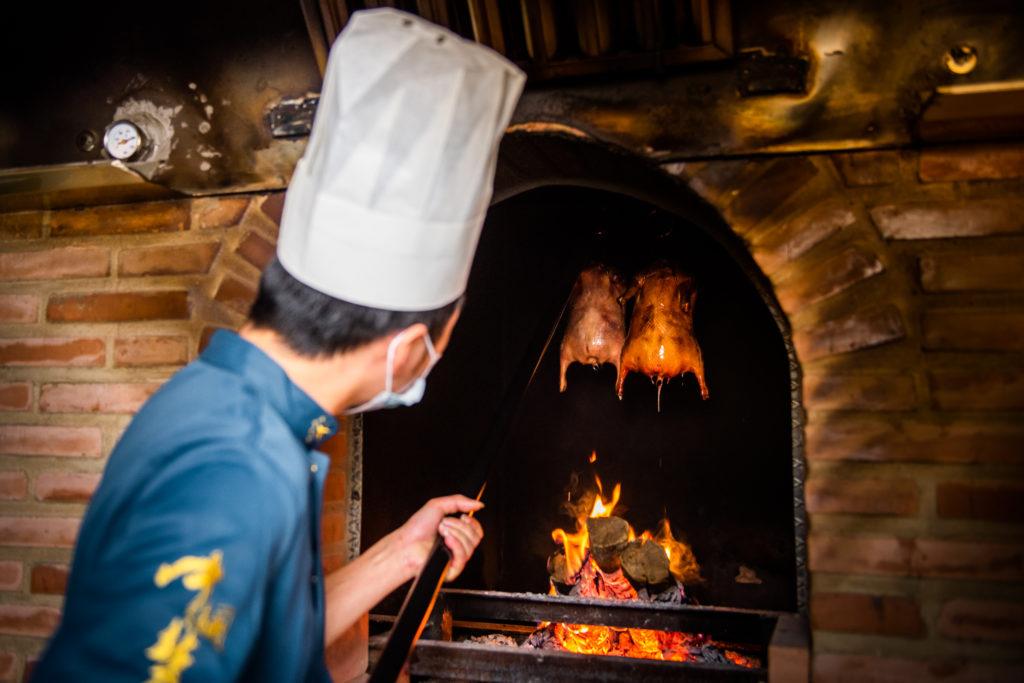 Horno de piedra refractaria especial para asar patos unico en Espana con chef preparando el Pato Pekin 3 Hutong