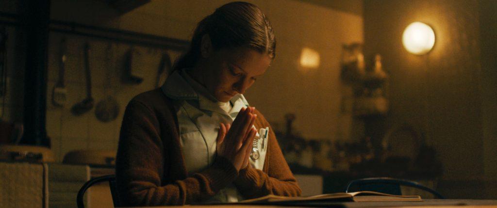 Maud rezando en la cocina, Saint Maud