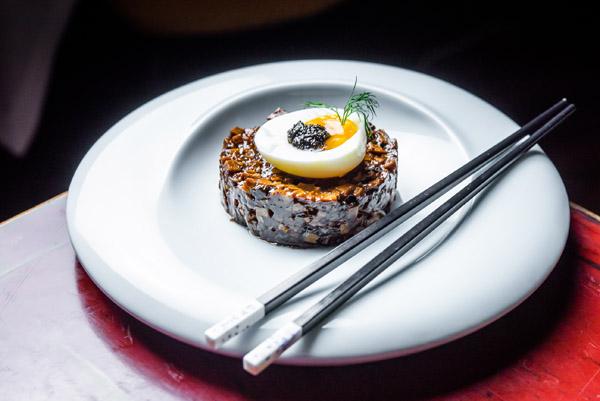 Tartar de shiitake con tofu ahumado y huevo Hutong