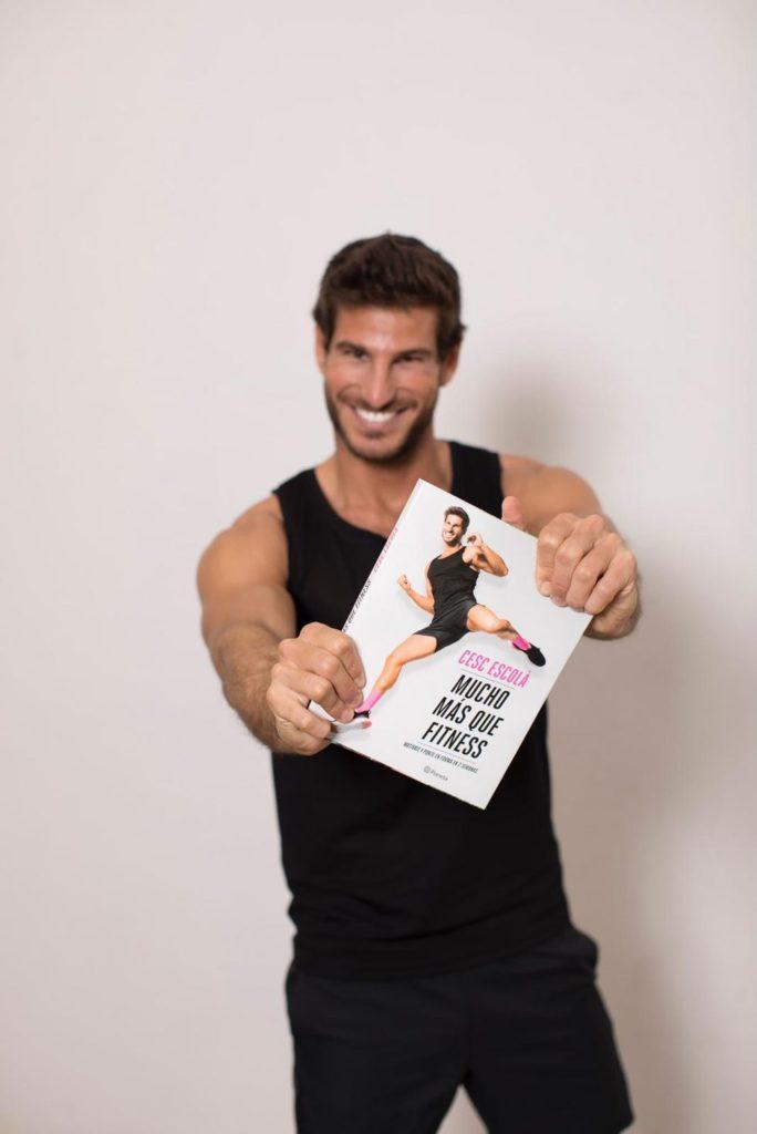 Cesc Escolá con su primer libro 'Mucho más que Fitness'