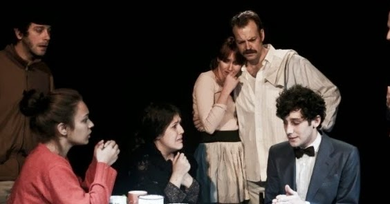 La trama de Nápoles millonaria es cómo los personajes tienen que lidiar con mantener sus valores morales en tiempos difíciles