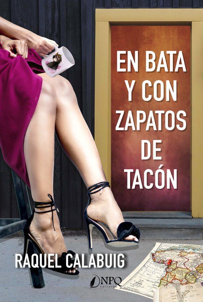 Portada de En Bata y con zapatos de tacón de Raquel Calabuig