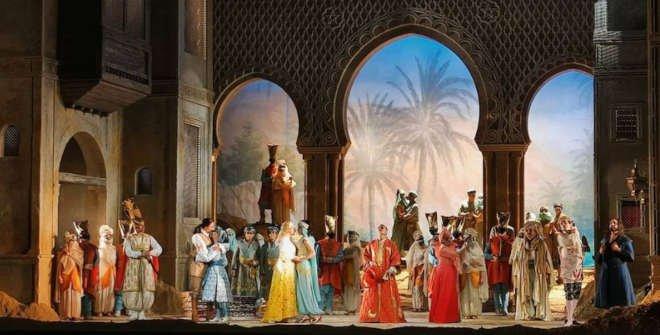 La acción se desarrolla en la antigua capital de Persia, entre palacios y plazas públicas