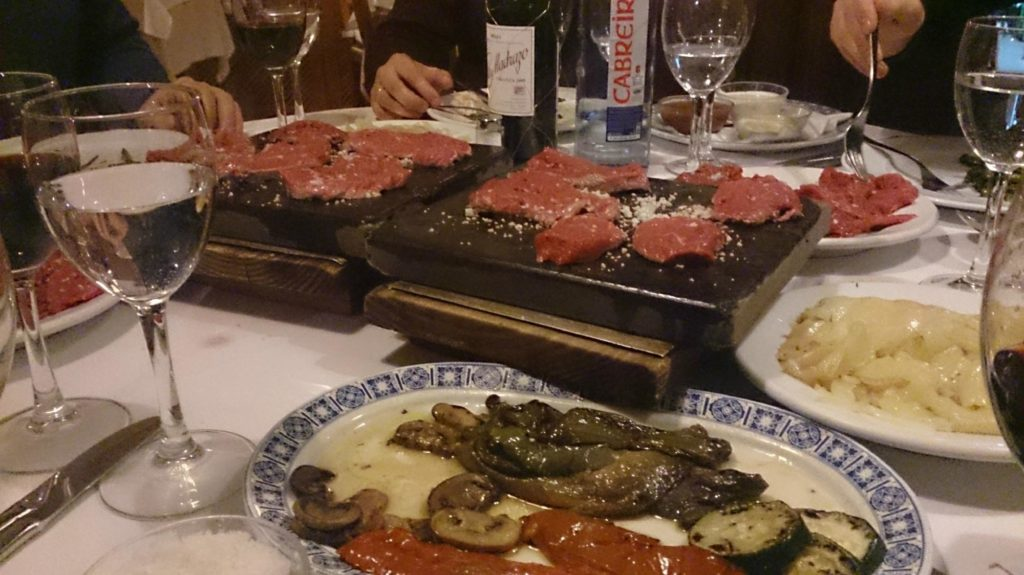 La carne a la piedra es una de sus principales especialidades, de la que el restaurante es pionero
