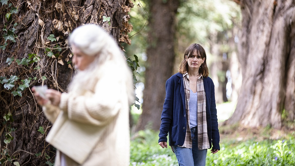 Una hija (Emily Mortimer) vigilando a una madre (Robyn Nevin), el mundo al revés