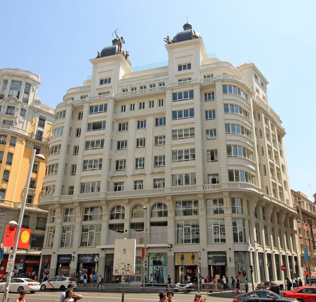 Excelsa fachada de este fantástico hotel en el corazón de la Gran Vía madrileña