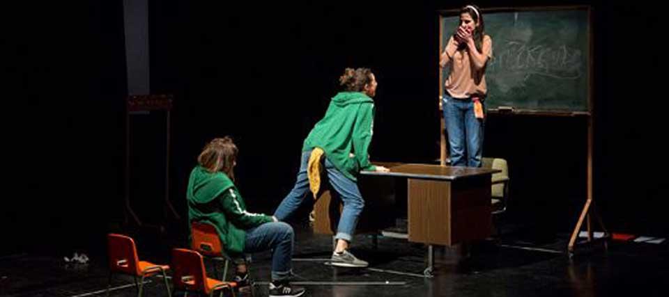 A través de una plaga de piojos en un colegio, sus alumnos comienzan a darse cuenta de cómo es el mundo real