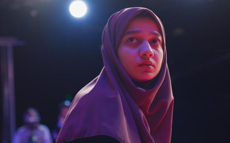 Maryam, perdida entre los focos