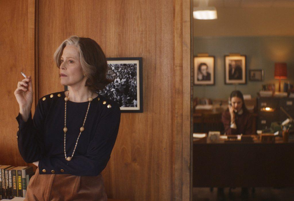 Margaret, atenta a todo lo que ocurre en su empresa. Joanna atendiendo el teléfono