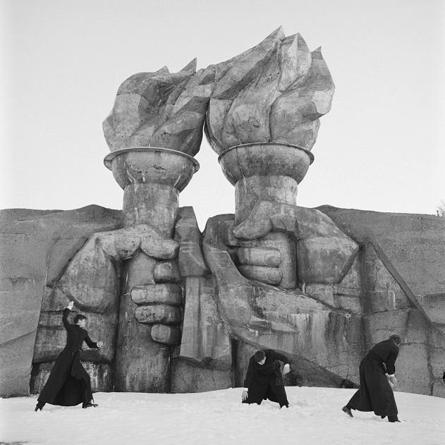 Los seminaristas hacen una guerra de bolas de nieve a la sombra de un monumento estatal, una perfecta alegoría de la vida cotidiana a la sombra del régimen