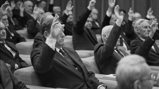 La inevitable unanimidad de voto cuando se hace a mano alzada en un régimen represivo. Una forma de pervertir el proceso democrático