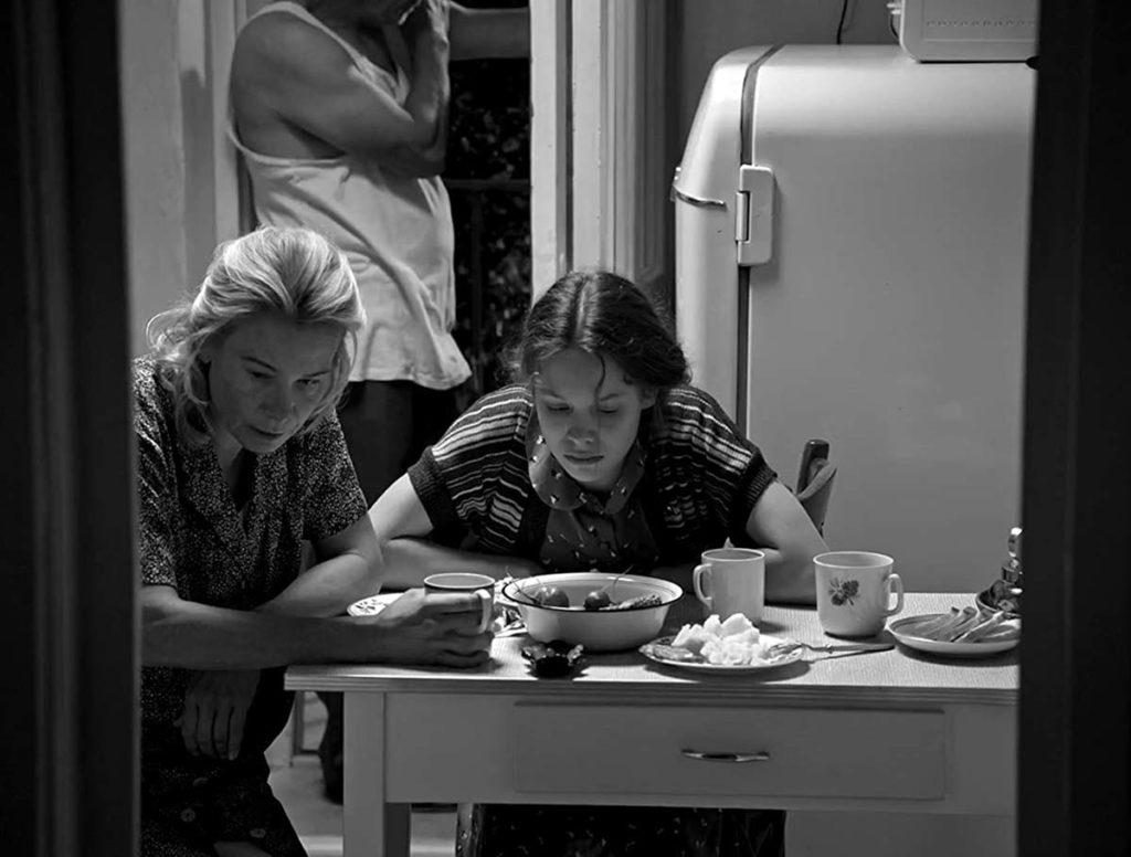 Madre e hija en su humilde morada, en pleno desencuentro